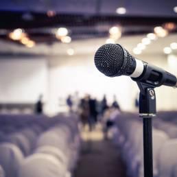 Mikrofon als Symbol zur Ankündigung von Konzerten, Theaterstücken und anderen Veranstaltungen über Facebook, Instagram und Twitter