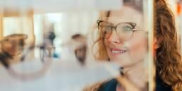 Auch über Instagram und Facebook lassen sich mittlerweile Brillen verkaufen. Wie sie einen Shop in den sozialen Netzwerken einrichten, beschreibt dieser Blogbeitrag.