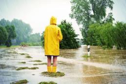Frau im Hochwasser- Social Media Management in schwierigen Zeiten